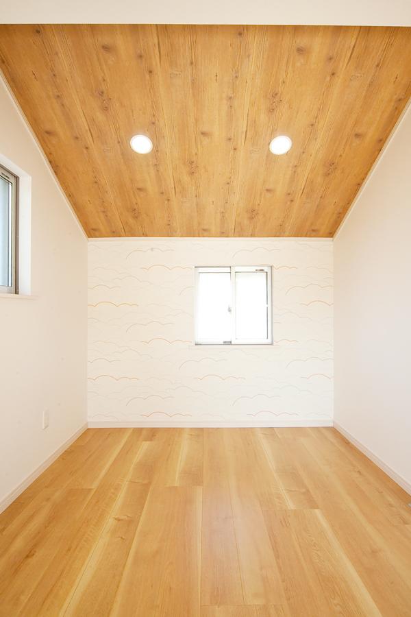 洋室 施工後 勾配天井とクロスにアクセント