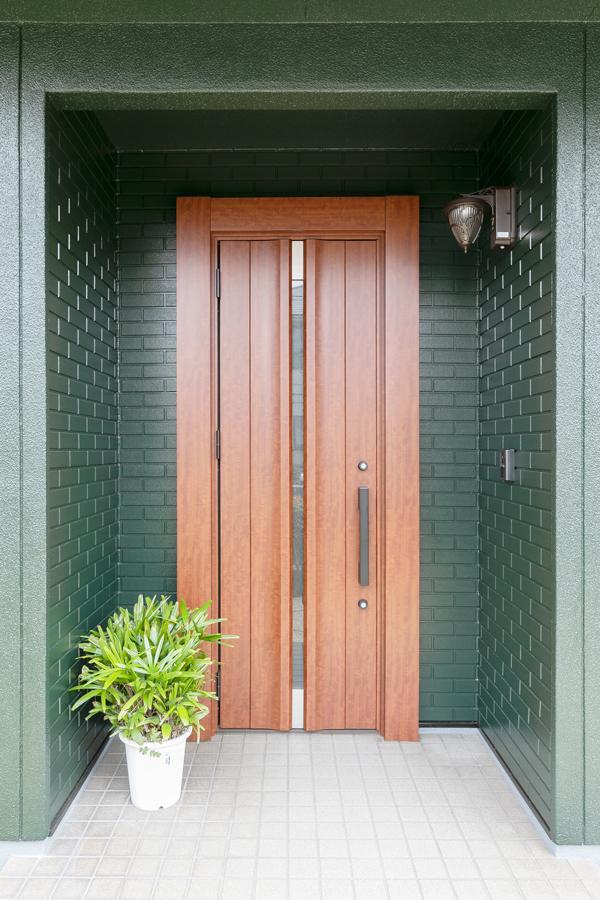玄関ドア 施工後<br /> ドア枠の上から新しい枠を取り付けるカバー工法を用いることで玄関ドアは1日でリフォーム完了。