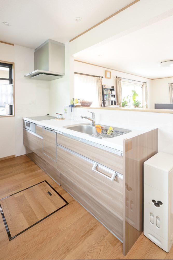 キッチン 施工後<br /> 壁で区切られ、暗く風通しが悪かったキッチンは対面式に変えることで明るく開放的な空間に。
