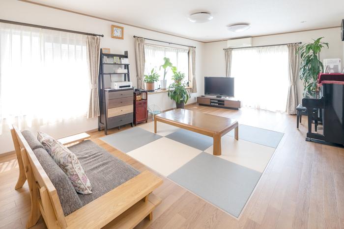 リビング 施工後<br /> リビングの中心には、フローリングとフラットな床面の和紙畳のスペースを設け、心休まるリビングを実現。
